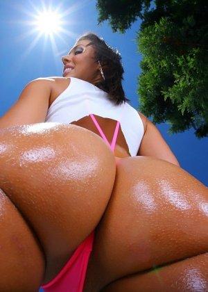 Секс с загорелой жопастой телкой в бикини