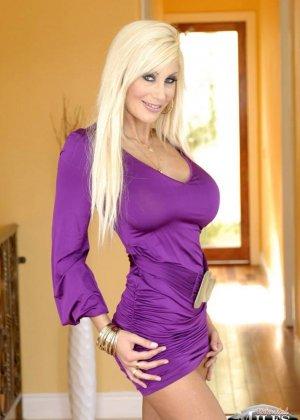 Ебет высокую зрелую блондинку