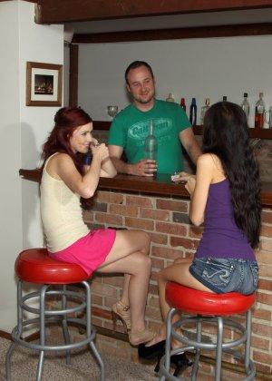 Худые бабы с бритые вагинами суют бутылки возле стойки бара