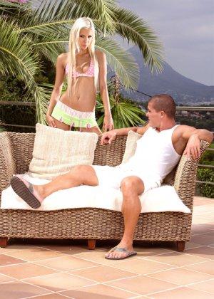 Секс с симпатичной блондинкой под пальмами