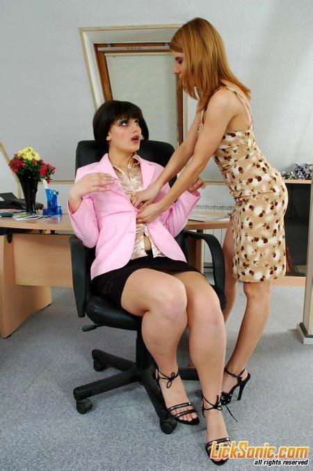 Лесбийский секс на работе