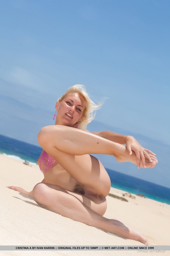 Светловолосая красавица с маленькими сиськами на пляже