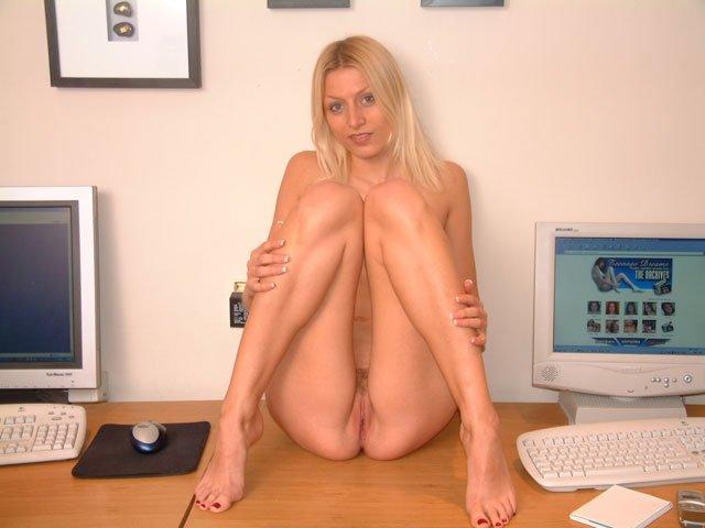 Длинноногая голая секретарша на столе