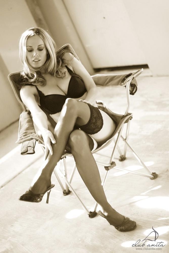 Ретро соло женщины в мини юбке