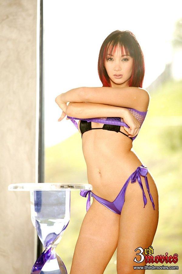 Азиатская блядь медленно сняла с себя бикини и села анусом на член