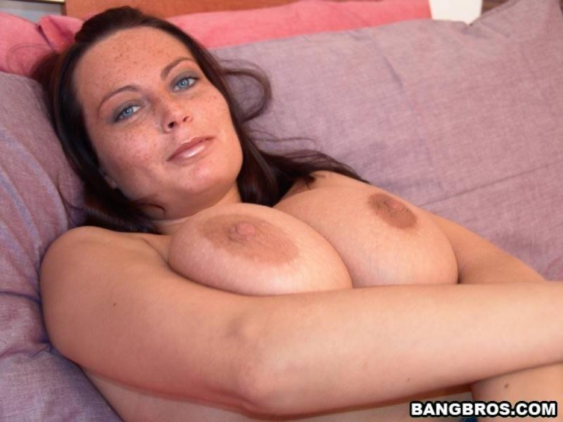 Большие груди и возбужденные соски сочной дамочки