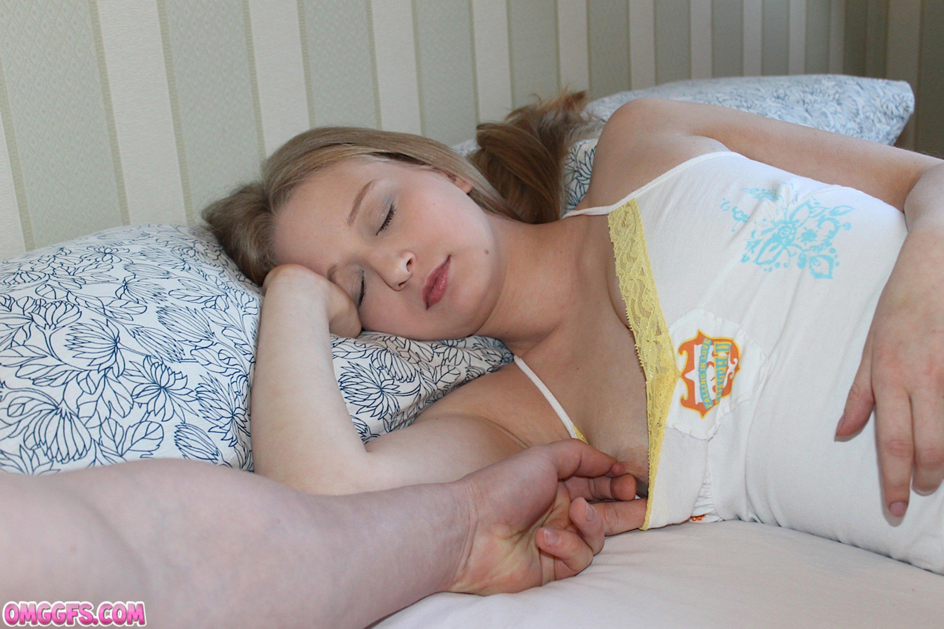 Снял трусики со спящей и завафлил ее