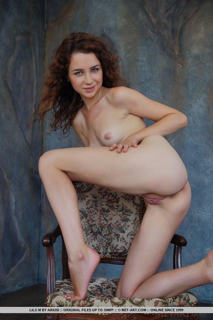 Худая девка поднимает платье показывая голую киску