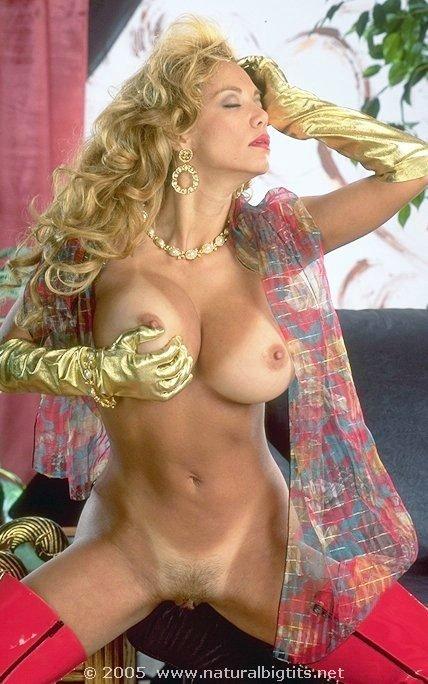 Прекрасная кудрявая ретро блондинка