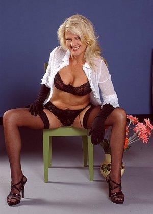 Зрелая блондинка курит и заодно мастурбирует вагину