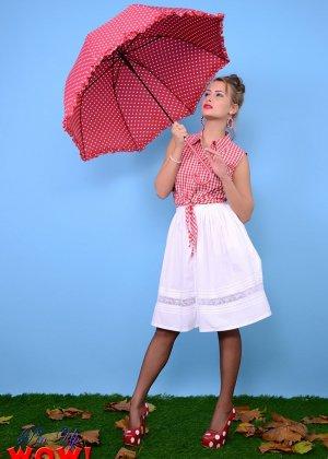 Модель с зонтиком