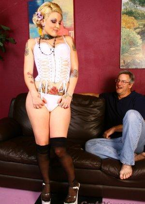 Мужчина наблюдал как женщина шпилится с негром, а затем облизал ее пизду