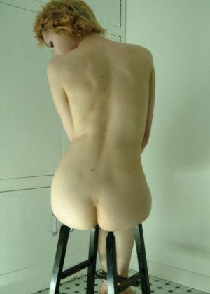 Худая голая женщина делает сама себе засосы, специальным инструментом