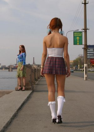Рыжие студентки лесбиянки веселятся на улице