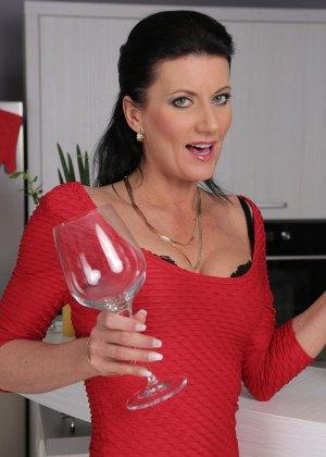 Очаровательная женщина выпила вина и разделась