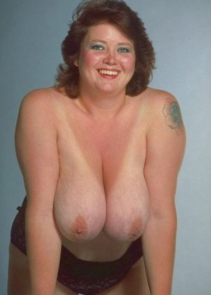Жирная зрелая дама показывает себя обнаженной