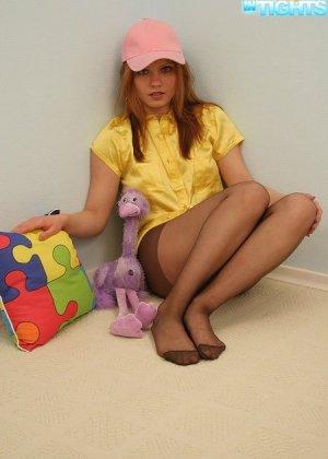 Девушка в колготках и без трусиков, широко расставляет ножки