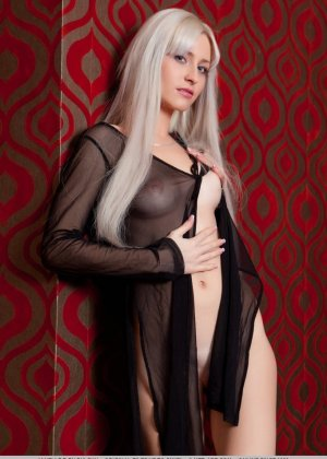 Блондинка широко расставляет ножки