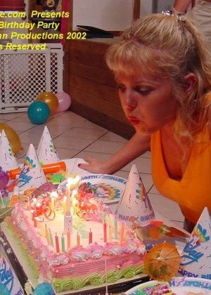 Жене, друзья залили лицо спермой на ее день рождения