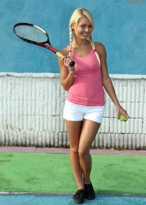 Очень сексуальная девушка позирует голой на теннисном корте