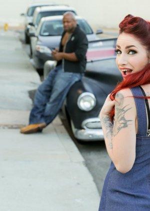 Негр снял на улице татуированную проститутку