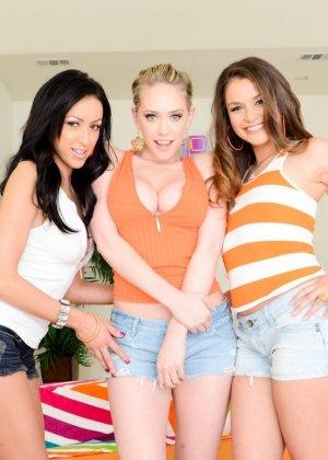 Три девахи присосались к большому хую