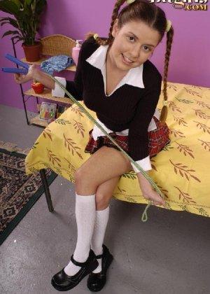 Ножки студентки с косичками