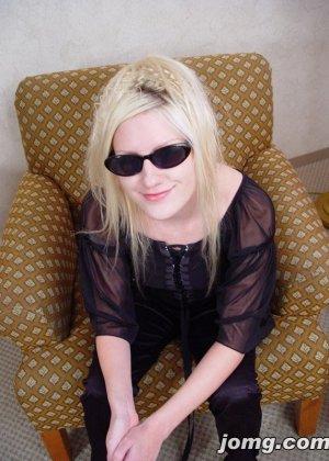 После минета обкончал лицо молодой блондинки в очках