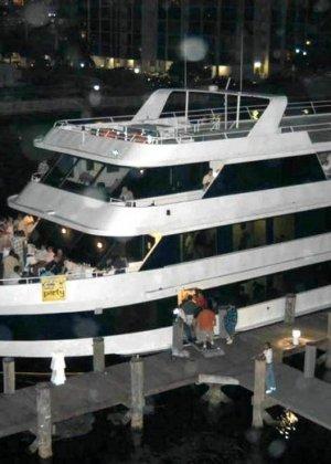Сексуальная вечеринка на большой яхте