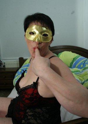 Домохозяйка позирует скрывая лицо под маской