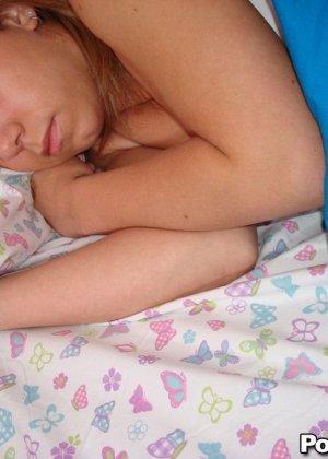 Ебет спяшую подругу