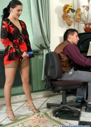 Строгая жена поебывает мужа страпоном