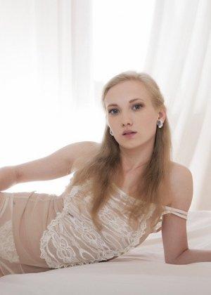 Соло молодой блондинки на белоснежной кровати