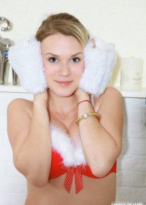 Эротичная блондинка в белых чулках