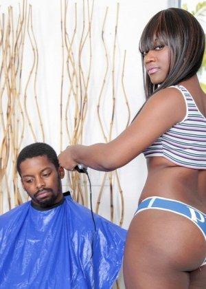 Негритянка с круглой задницей ебется с белым мужчиной