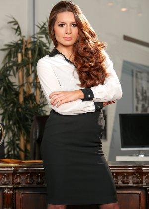 Молодая директрисса оголилась в своем кабинете