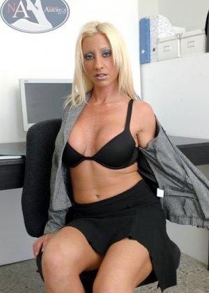 Полизал пизду грудастой секретарше и трахнул ее на столе