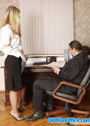 Нагнул раком на столе свою секретаршу