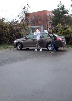 Две телки ссут возле машины