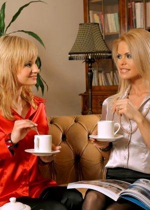 Гламурная блондинка ласкает пальцами свою подружку