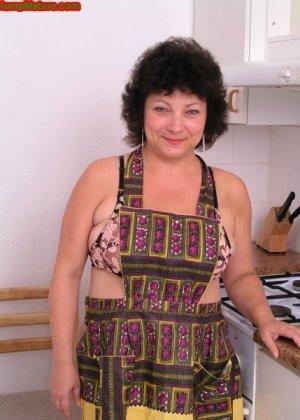 Пожилая жирная домохозяйка на кухне