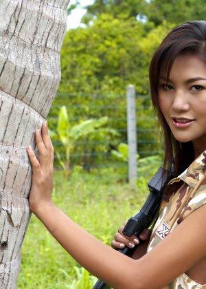 Азиатка с коричневыми сосками показывает пизду в лесу