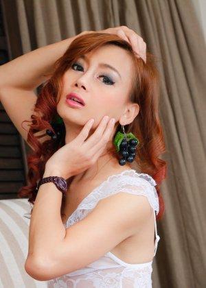 Азиатский транс онанирует задрав платье