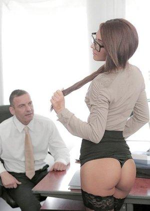 Босс трахнул в кабинете секретаршу в очках
