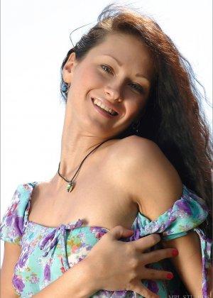 Длинноволосая девушка солирует голая на берегу озера