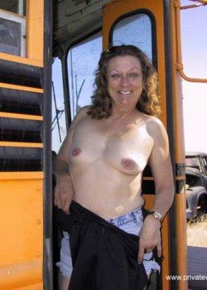 Похотливые дамы в разных публичных местах показывают свои прелести
