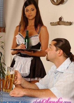 Секс с длинноногой девушкой в униформе служанки