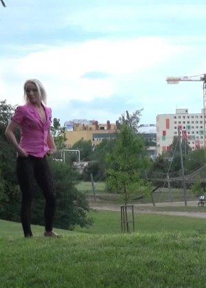 Блондинка писает в красивом парке