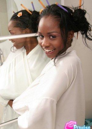 Негритянка в белом халате на голое тело