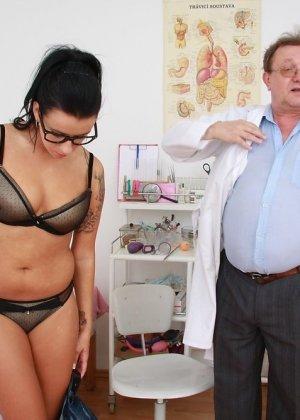 Доктор тщательно проверил бритую пизду милой женщины